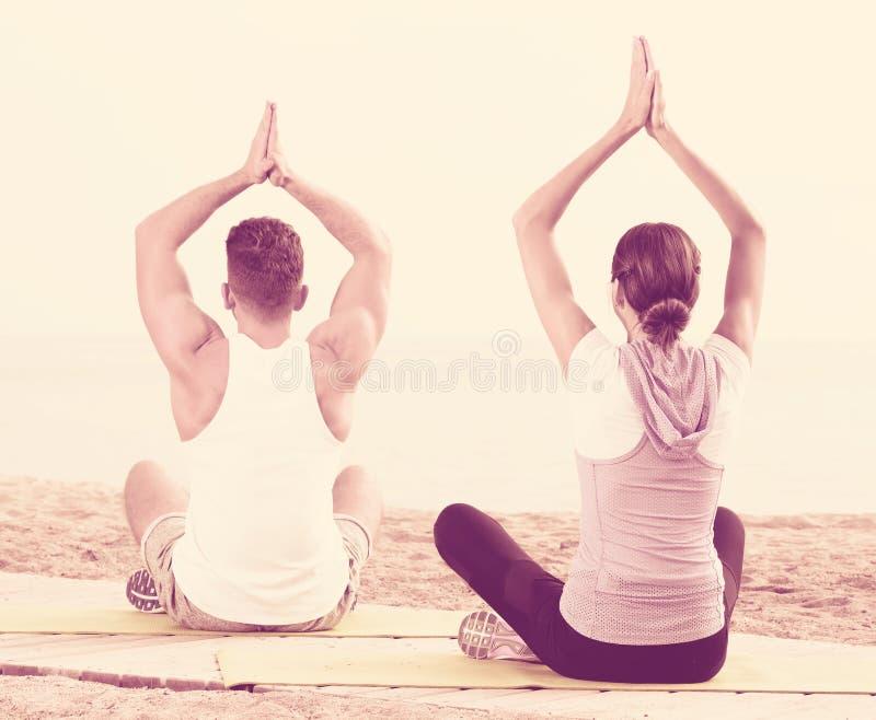 Download Paartrainingsyoga Auf Strand Stockfoto - Bild von meditieren, lächeln: 90235744