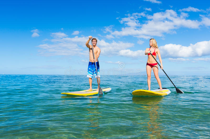 Paartribune op Peddel die in Hawaï surfen royalty-vrije stock afbeeldingen