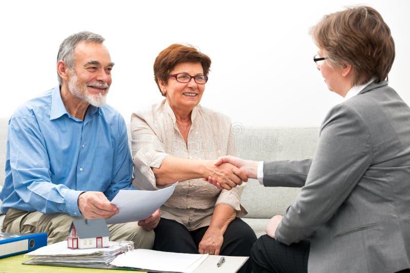 Paarvergadering met financiële adviseur stock afbeelding