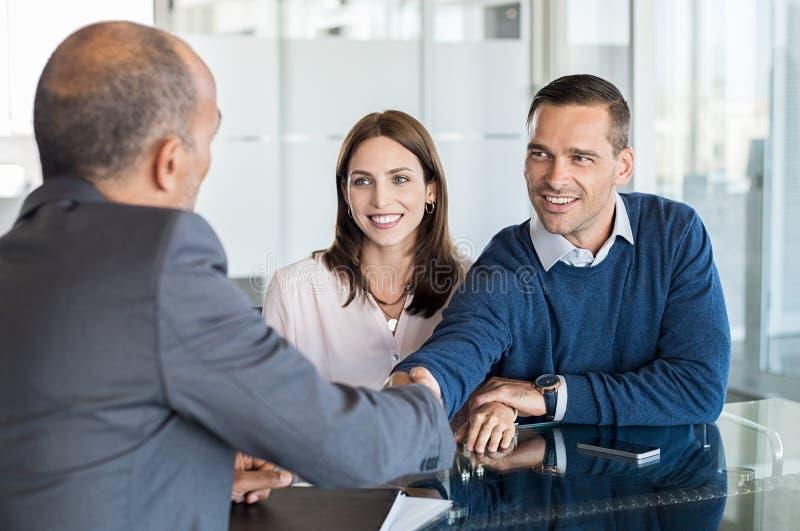 Paarvergadering met financiële adviseur stock foto's