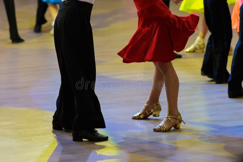 Paarvoeten dansers, vrouwen en man het latino dansen stock foto's