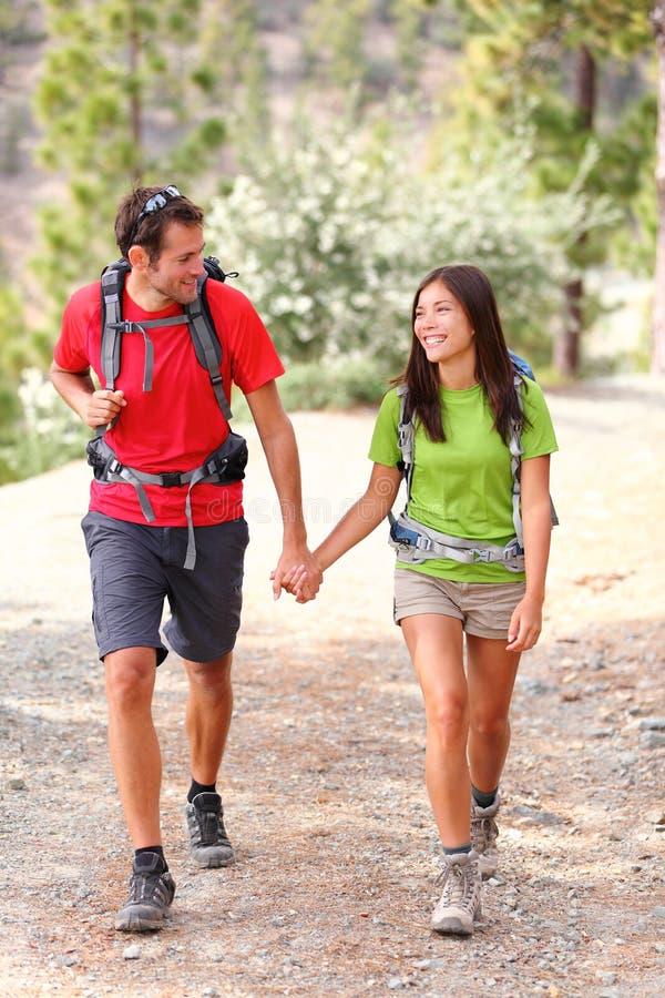 Paarwandern lizenzfreie stockbilder