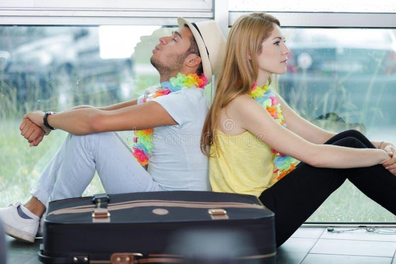 Paarwarteflug im Flughafen stockfotografie