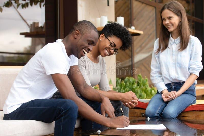 Paarzeichenhypothekendarlehen-Versicherungsvertrag des Afroamerikaners glücklicher junger stockbilder