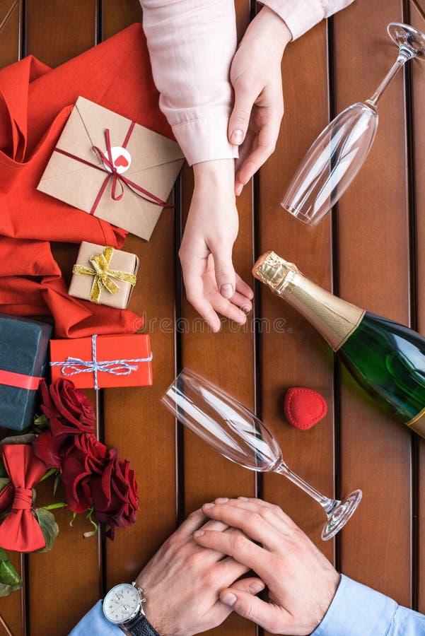 Paarzitting bij lijst met champagne royalty-vrije stock foto