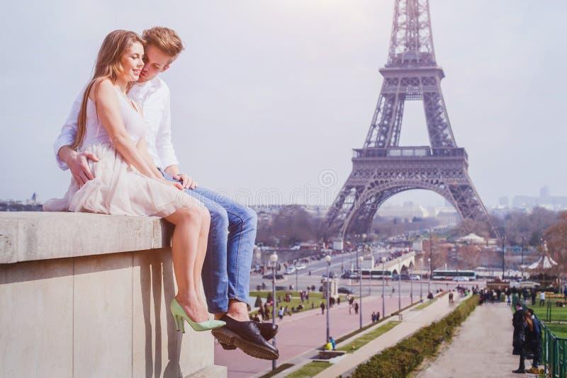 Paarzitting dichtbij de Toren van Eiffel in Parijs, wittebroodsweken in Europa royalty-vrije stock fotografie