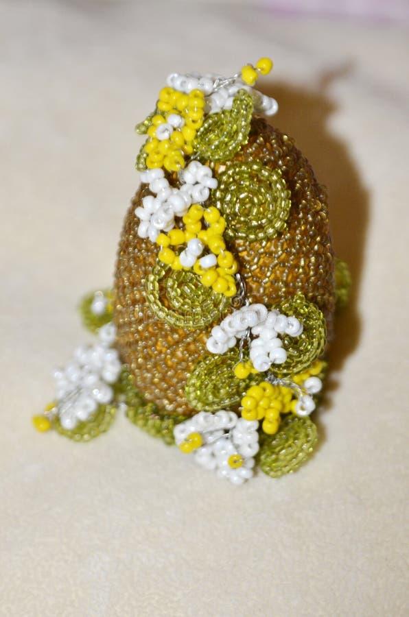 Paasei dat met parels wordt gevlecht Het handwerk Helder, mooi, exclusief Een grote gift voor de vakantie van Pasen stock afbeelding