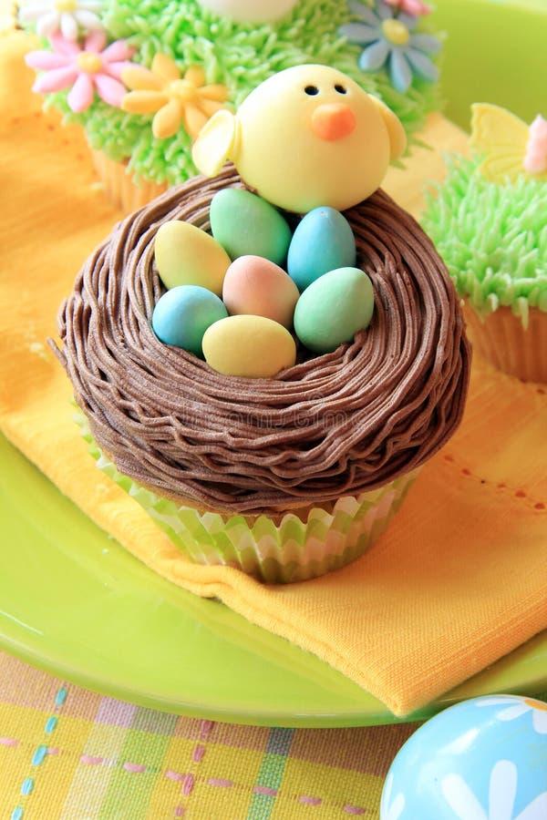 Paasei en kuiken cupcakes stock foto's