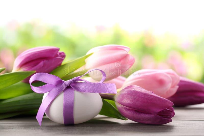 Paasei en tulpen stock foto