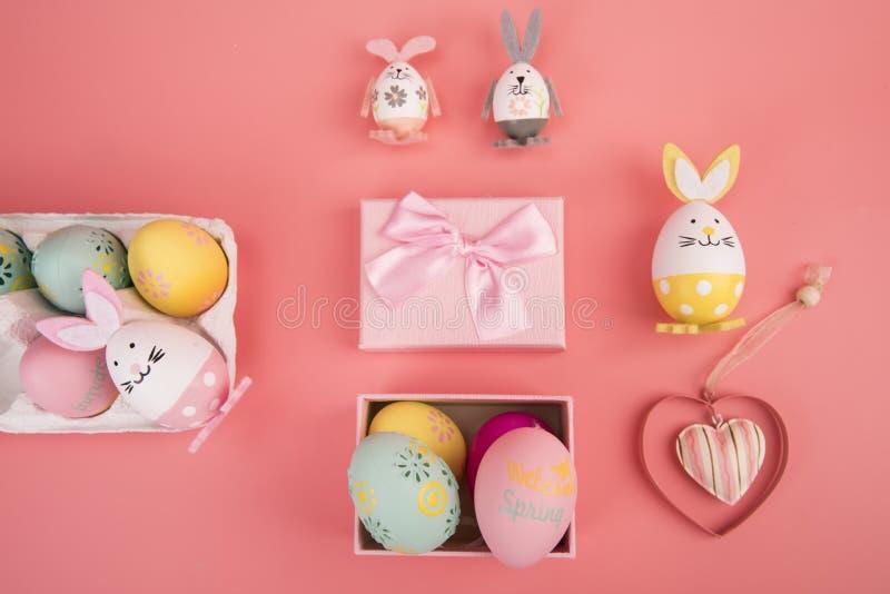 Paasei met roze thema in de giftdoos het ei is verfraaid als het leuke konijntje spelen met een ander konijntje, op een roze back royalty-vrije stock foto