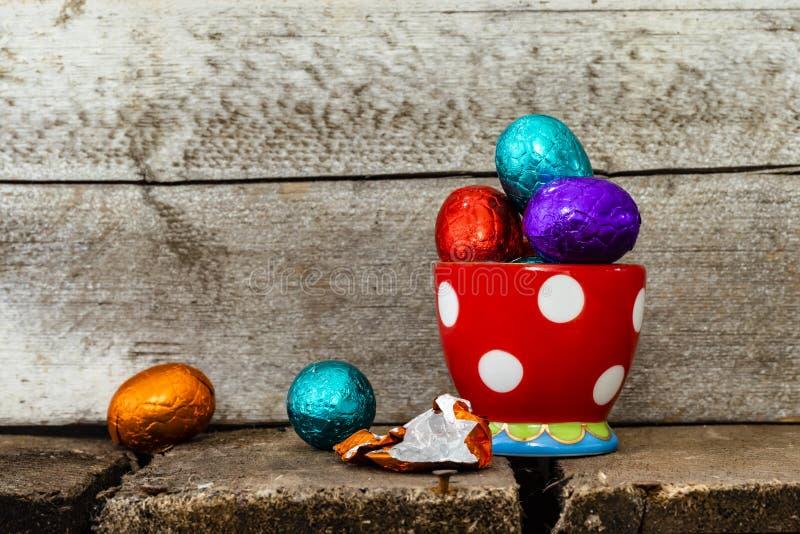 Paaseieren in eierdopje royalty-vrije stock foto's