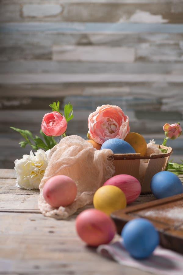 Paaseieren en Bloemen Achtergrond met exemplaarruimte stock afbeeldingen