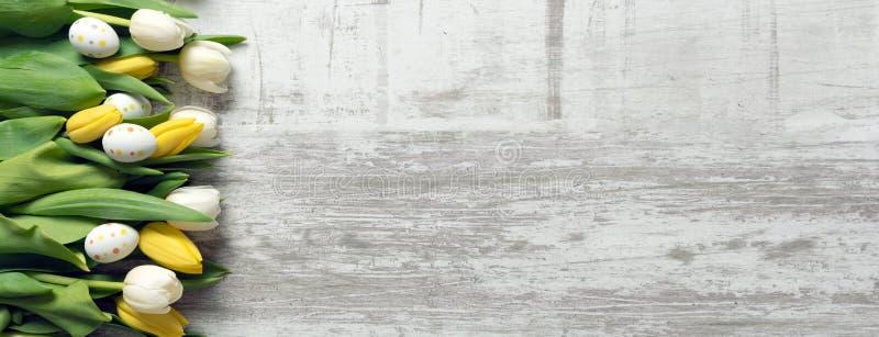 Paaseieren en bloemenachtergrond royalty-vrije stock afbeelding