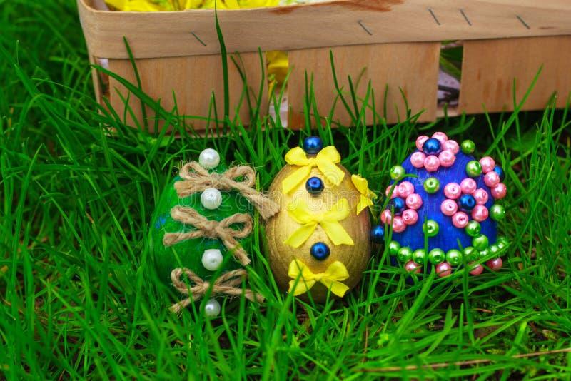 Paaseieren en een mand met bloemen stock foto