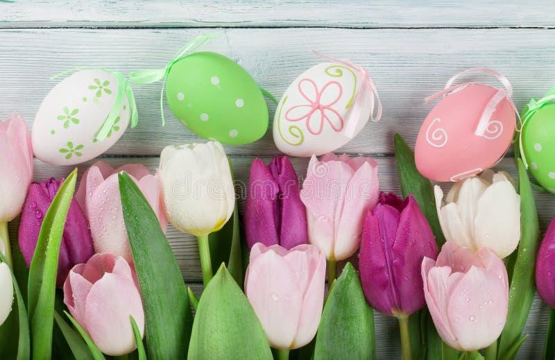 Paaseieren en kleurrijke tulpen royalty-vrije stock foto's