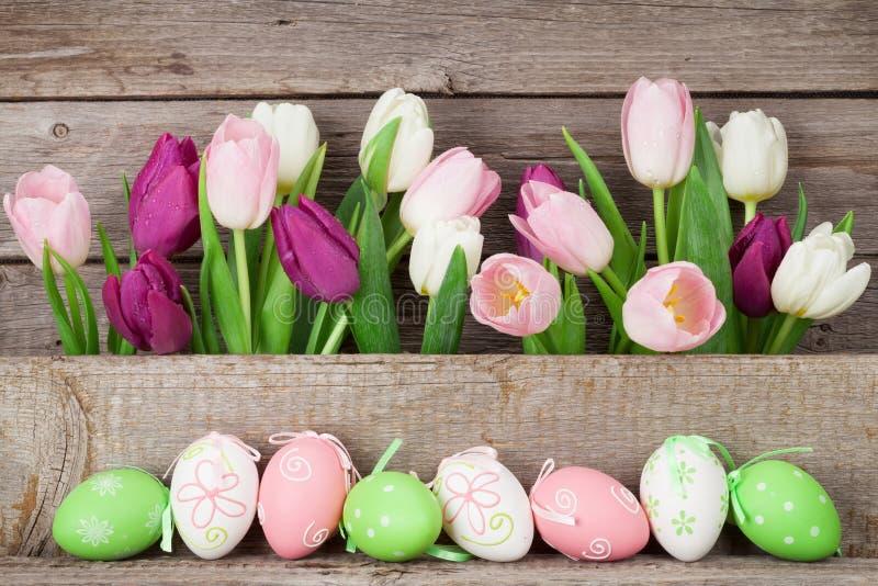 Paaseieren en kleurrijke tulpen royalty-vrije stock fotografie