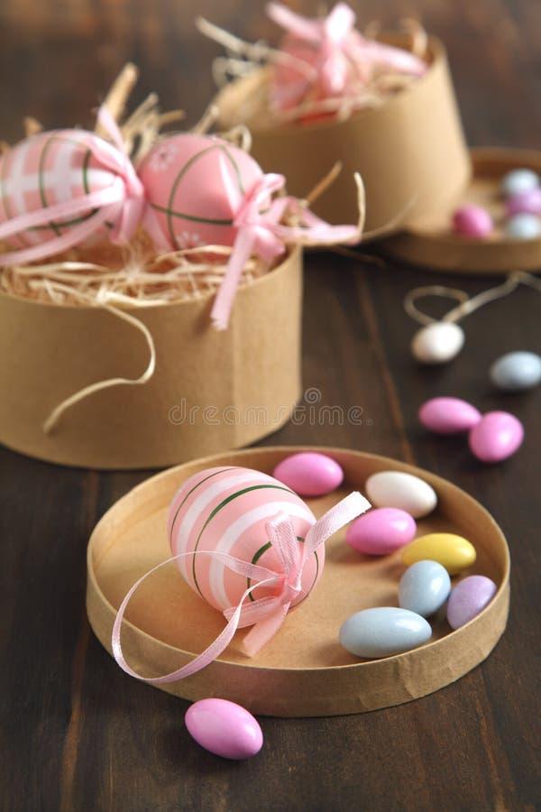 Paaseieren en suiker met een laag bedekte suikergoedeieren in het giftdocument vakje royalty-vrije stock afbeeldingen