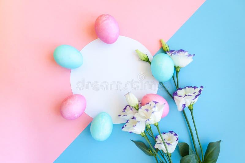 Paaseieren en van de lentebloemen narcissen op blauwe achtergrond stock foto