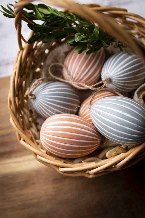 Paaseieren, kleurrijke Pasen-decoratie in een mand stock afbeeldingen