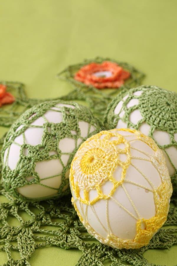 Paaseieren met crochet decoratie royalty-vrije stock foto's