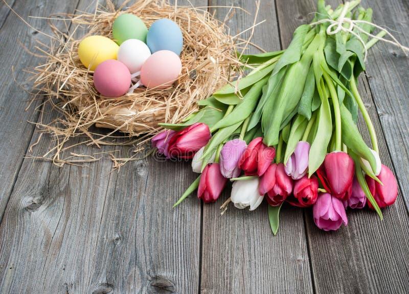 Paaseieren met tulpen royalty-vrije stock afbeeldingen