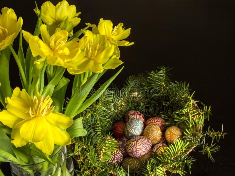Paaseieren met tulpen stock afbeeldingen
