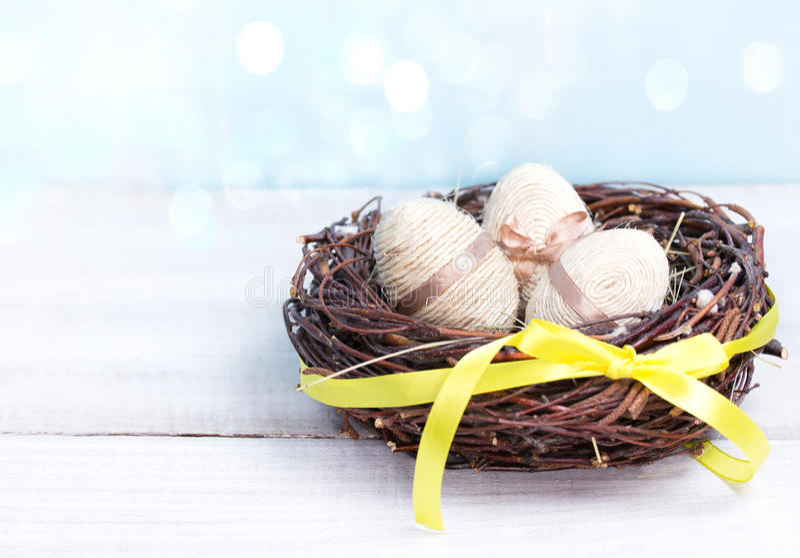 Paaseieren in nest houten lege ruimte als achtergrond voor tekst royalty-vrije stock afbeelding