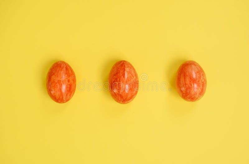 Paaseieren op gele achtergrond stock fotografie