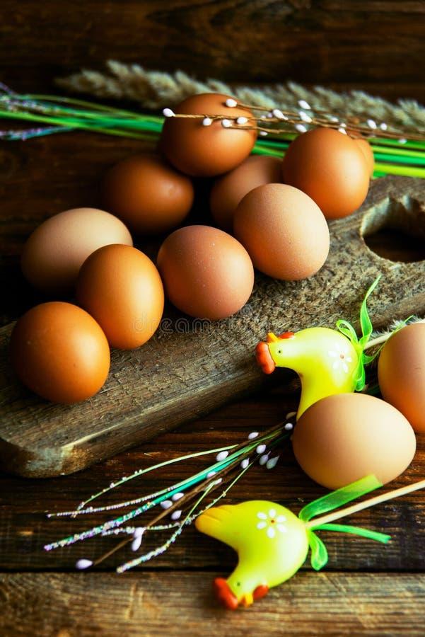 Paaseieren op het verven van in uien worden schillen, met natuurlijke verse bladeren, installaties, rijst, kleurrijke stof worden stock fotografie