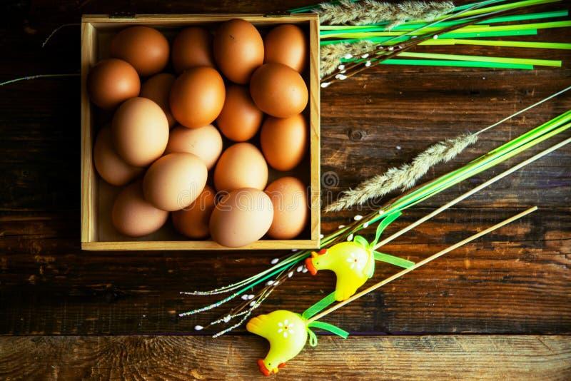 Paaseieren op het verven van in uien worden schillen, met natuurlijke verse bladeren, installaties, rijst, kleurrijke stof worden stock afbeelding