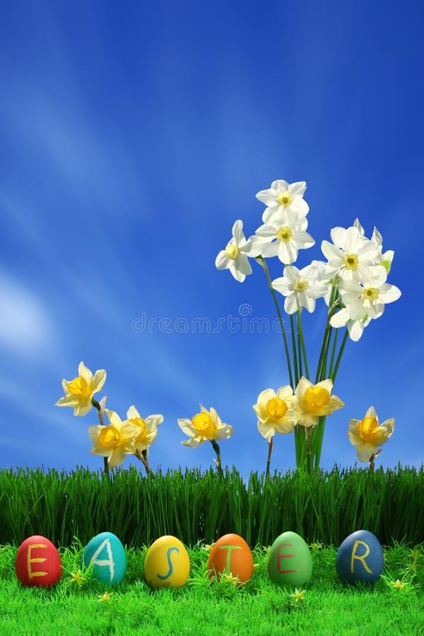 Paaseiereninzameling en bloemen stock afbeelding