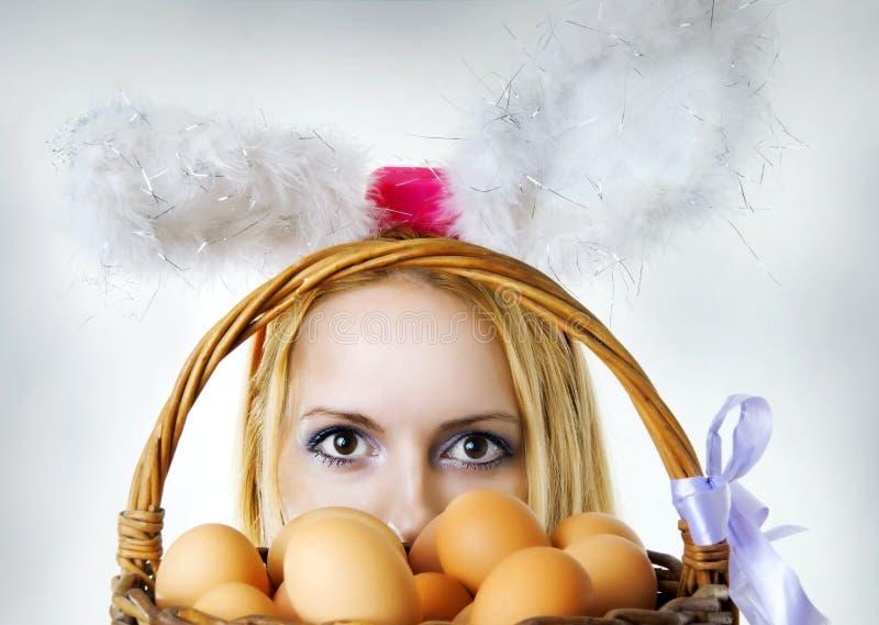 Paashaas die over eierenmand kijkt royalty-vrije stock foto