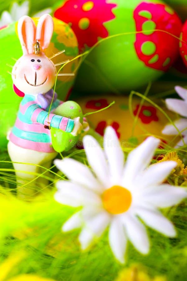 Paashaas en geschilderde eieren stock foto
