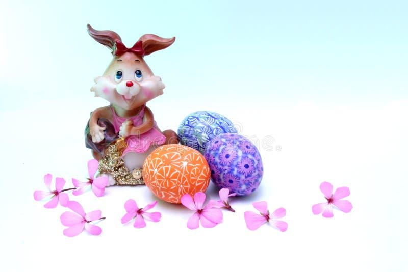 Paashaas en geschilderde eieren - Pasen-symbool stock afbeelding
