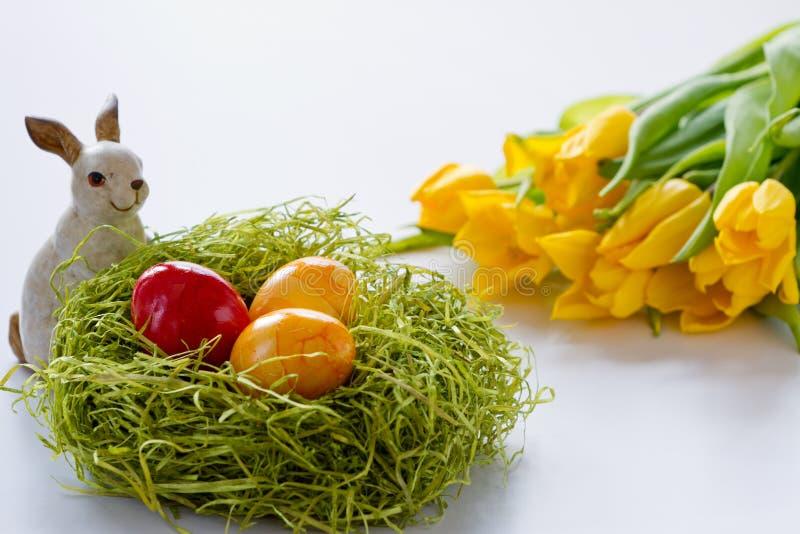 Paashaas met de Geschilderde eieren van de Ester royalty-vrije stock fotografie