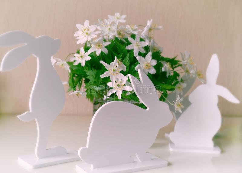 Paashazen met de lentebloemen stock fotografie
