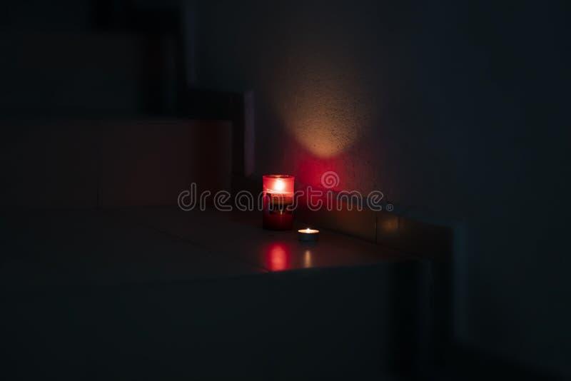 Paaskaarsen lichten op de trap stock afbeelding