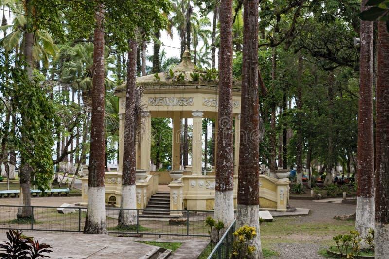 Pabellón amarillo en Parque Vargas, parque de la ciudad en Puerto Limon, Costa Rica fotos de archivo libres de regalías