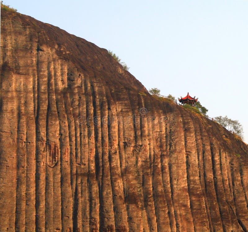 Pabellón chino en el acantilado, montañas de Wuyi fotografía de archivo