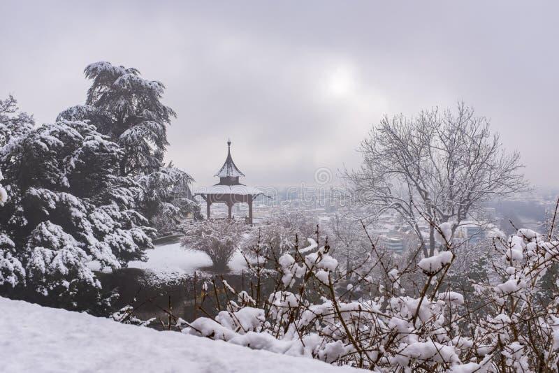 Pabellón chino en Schlossberg en la ciudad Graz en winterday de niebla fotos de archivo