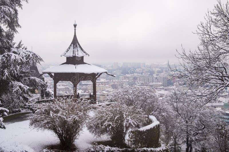 Pabellón chino en Schlossberg en la ciudad Graz en winterday de niebla fotografía de archivo libre de regalías