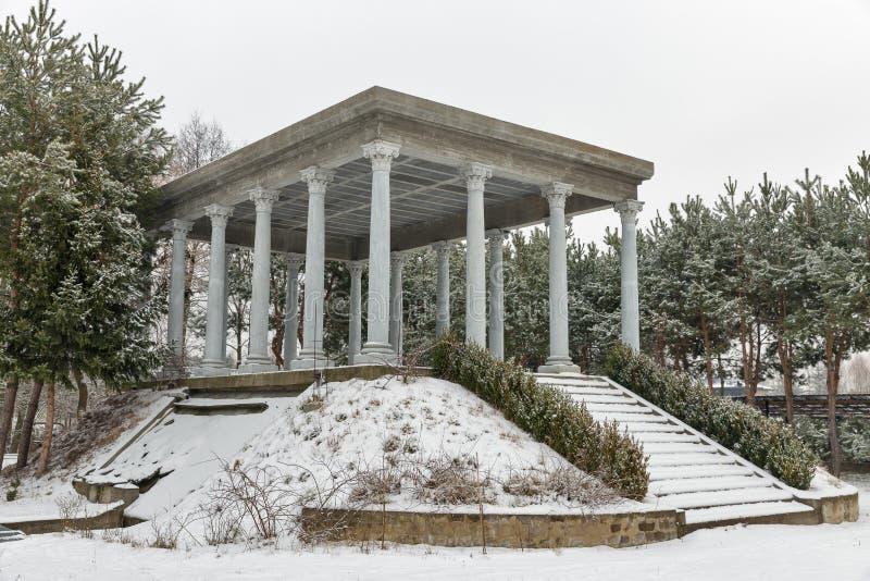 Pabellón con las columnas en parque del invierno fotos de archivo libres de regalías