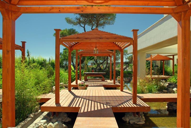 Pabellón, cubierta y plantas de madera en centro turístico de verano foto de archivo libre de regalías