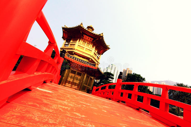 Pabellón de la perfección con el puente rojo foto de archivo libre de regalías