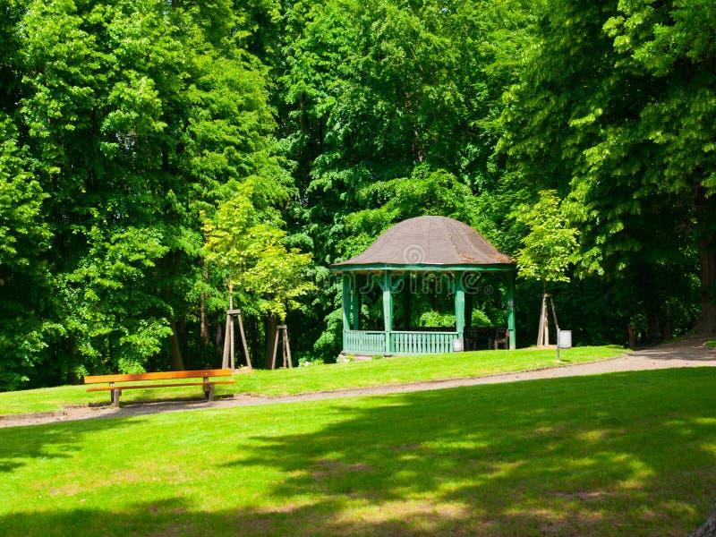Pabellón de madera en el parque fotos de archivo