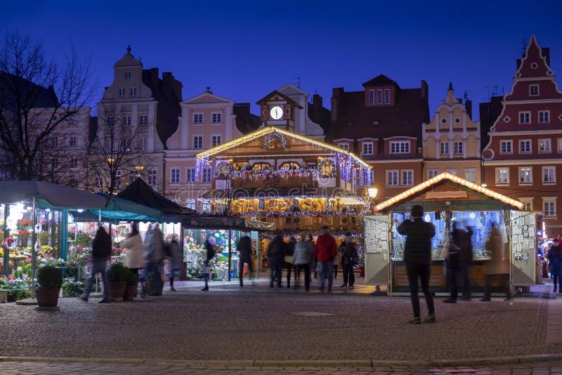 Pabellón de madera iluminado hermoso en el mercado tradicional de la Navidad en Wroclaw Puente de la bah?a en San Francisco, CA imágenes de archivo libres de regalías