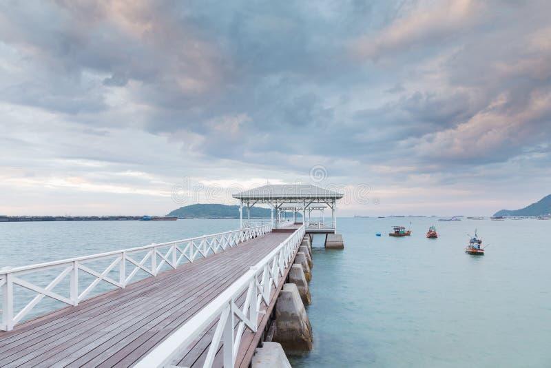 Pabellón de madera y calzada que llevan al océano fotos de archivo