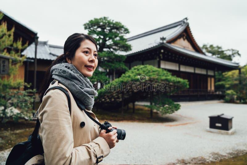 Pabellón de oro que visita sonriente turístico elegante imagenes de archivo