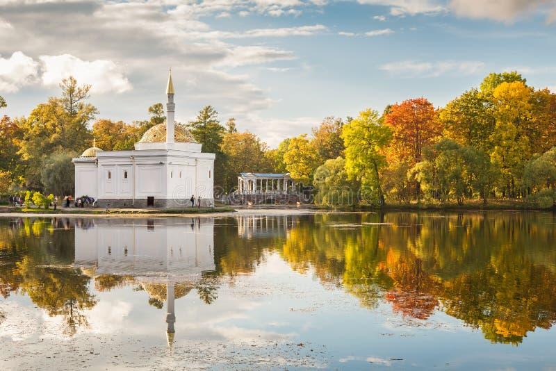 Pabellón del baño turco en el parque de Catherine en Tsarskoye Selo, St P foto de archivo