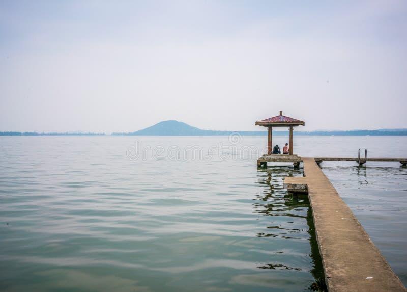 Pabellón en el lago del este Donghu y colina de Moshan en fondo en Wu fotos de archivo libres de regalías